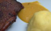 Hauptspeise: Ein Teil einer Martinsgans umgibt sich mit Ingwer-Rotkohl, marinierten Rosenkohl-Blättern und Walnussknödeln