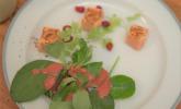 Vorspeise: Flambierter Lachs auf Feldsalat mit Walderdbeer-Himbeer-Vinaigrette, dazu Kartoffelsuppe mit karamellisiertem Apfel und Chili