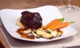 Hauptspeise: Ochsenbäckchen auf Petersilienwurzelpüree mit Kräuterseitlingen, karamellisierten Karotten und Knöpfle