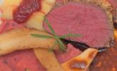 Hauptspeise: Hirschrückenfilet mit Haselnusskruste, rotem Püree, Butterapfel mit Erdbeermarmelade, dazu Pilze und Jus