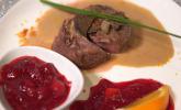 Hauptspeise: Rinderfiletmedaillons mit Trüffelsoße, handgeschabten Spätzle und Cranberrysoße