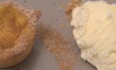 Nachspeise: Pasteis de Nata – Puddingtörtchen und Marzipaneis auf Mandelcrunch