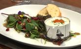 Vorspeise: Räucherforellen-Tatar mit Meerrettich-Mousse, getoppt mit Forellenkaviar auf Wildsalatbeet und frisch gebackenem Baguette