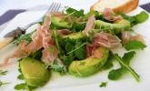 Avocados mit Rucola und Parmaschinken