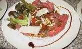 Carpaccio vom Rind mit Bärlauch und Tomatenvinaigrette