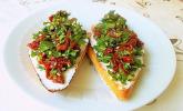 Crostini mit Rucola und eingelegten Tomaten