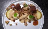 Nachspeise: Bratapfelsorbet mit Zimtstreuseln, Schokoladenpraline, weißer Mousse und Salzkaramell-Nüssen