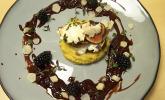 Hauptspeise: Rehtürmchen mit Gorgonzola und Feige, auf Esskastanienpüree mit Brombeeren-Brandy-Schokoladen-Sauce