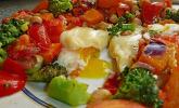 Gemüsepfanne mit Eiern und Käse