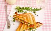 Tomaten-Mozzarella-Sandwich mit Basilikumpesto