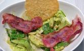 Vorspeise: Caesar Salad mit Bacon und Parmesantalern