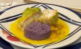 Hauptspeise: Skrei mit Lachsfarce im Wirsingblatt, Kartoffelpüree aus blauen Kartoffeln mit Safransoße