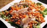 Blattsalat mit Fisch und würzigem Gemüse