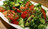 Brokkoli-Tomatensalat mit Kresse und Rosmarin