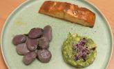 Hauptspeise: Glasierter Lachs, lila Salbei-Gnocchi und Avocado-Tatar