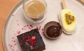 Nachspeise: Zucchini-Brownies mit Mango-Passionsfrucht-Kokoseis