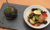 Vorspeise: Chinesischer Salat mit Tee-Eiern und schwarzem Mini-Jackfruit-Burger