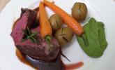 Hauptspeise: Rinderfilet an Rotweinsoße mit Rosmarinkartoffeln, Karotten und Erbsenpüree, für Vegetarier gefüllte Auberginenschiffchen mit Balsamico-Zwiebeln
