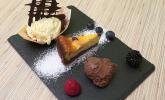 Nachspeise: Variation von Schokolade mit Früchten, weißem Schokoladeneis mit Tonkabohne