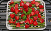 Grüner Spargel mit Erdbeeren gegrillt