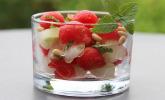 Gurken-Melonen-Salat mit Pinienkernen und Minzblättern