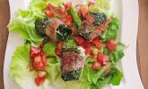 Mangold-Ziegenfrischkäse-Röllchen mit Serranoschinken auf Salat
