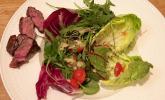 Vorspeise: Bunter Wiesensalat mit Bentheimer Schweinebäckchen und Baguette