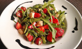 Rucola-Erdbeer-Salat mit Mozzarella