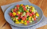 Sommerlicher Salat aus Wassermelone, Gurke und Mango