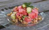 Melonen-Gurken-Salat mit gerösteten Walnüssen