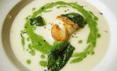 Petersilienwurzel-Suppe mit Spinatschaum, Jakobsmuscheln und frittiertem Spinat