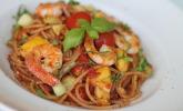 Sommerliche Spaghetti mit Mango, Gurke, Tomaten und Shrimps
