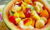 Wassermelonenschale, gefüllt mit Früchten