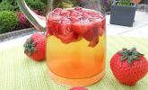Zitronen-Sekt-Cocktail mit Erdbeeren