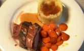 Hauptspeise: Rosa gegartes Kalbsfilet im Speckmantel an Rotweinsauce mit Kartoffel-Sellerie-Stampf und glasierten Möhren