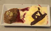 Nachspeise: Espresso-Mousse und Vanille-Parfait auf Beerenspiegel