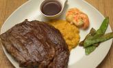 Hauptspeise: Surf & Turf: Dry Aged Rind mit Riesengarnele auf einem Kürbis-Süßkartoffelstampf und Portwein-Zuckerschoten