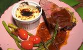 Hauptspeise: Roastbeef unter einer Kräuterkruste mit Balsamico-Rotwein-Sauce, an gratiniertem Kartoffel-Stampf und grünem Spargel