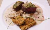 Hauptspeise: Rindersteak mit Kräuterkruste an Steinpilzsauce und gebratenen Laugentalern
