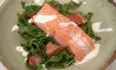 Vorspeise: Gegrillter Lachs vom Zedernbrett auf knackigem Salat