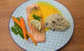 Hauptspeise: Gegrilltes Lachsfilet an Trüffelrisotto mit Schoten und kandierten Möhren an einer Safransoße