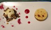 Nachspeise: Key Lime Pie auf Himbeerspiegel und warme Brownies, dazu Vanilleeis und karamellisierte Pekannüsse