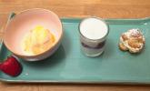 Nachspeise: Dreierlei: Quarkspeise mit Kirschen, Salzkaramell-Eis mit einer Orangensoße und Windbeutel