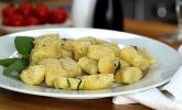 Typisch italienische Gnocchi in Salbeibutter
