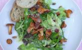 Vorspeise: Blattsalate mit (Un)Kräutern, gebratenen Pfifferlingen, Speckwürfeln und Kartoffeldressing