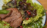 Vorspeise: Fruchtcocktail mit Riesengarnelen und Salat mit pikanten Rinderfiletstreifen