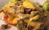 Hauptspeise: Glückstädter Teufel – gebratenes Putenschnitzel mit Champignons, Käse und Sauce Hollandaise überbacken auf Salatbett, dazu Bratkartoffeln