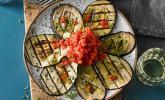 Gegrilltes Auberginen-Carpaccio mit scharfer Tomatensalsa