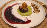 Hauptspeise: Bergisch Beef auf Erbsen-Minz-Espuma mit Blaubeer-BBQ-Sauce, Heumilchschaum und Topinambur-Chips