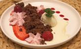 Nachspeise: Brownie-Crumble mit Tonkabohnen-Eis und Himbeer-Espuma